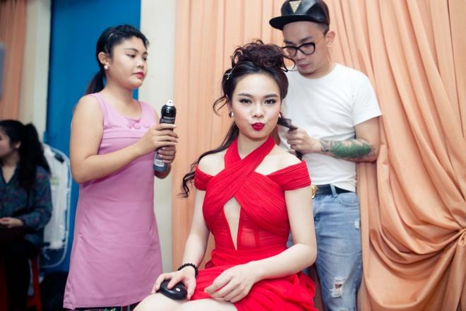 Dam Vinh Hung chinh sua trang phuc cho tro cung o X Factor hinh anh 9