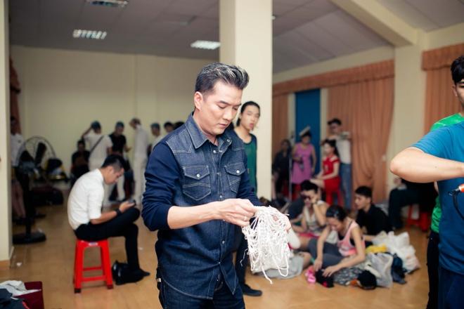 Dam Vinh Hung chinh sua trang phuc cho tro cung o X Factor hinh anh