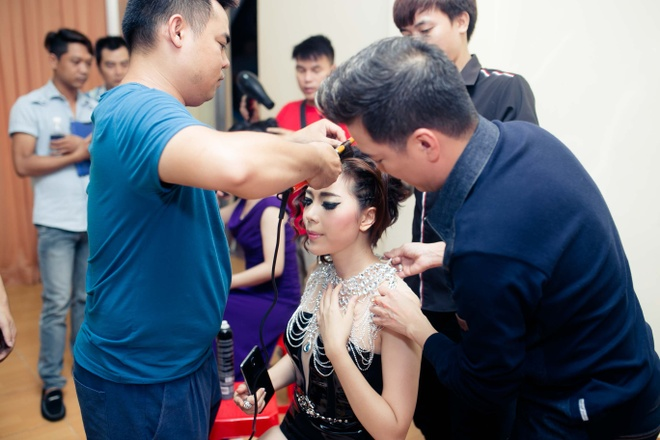 Dam Vinh Hung chinh sua trang phuc cho tro cung o X Factor hinh anh 2