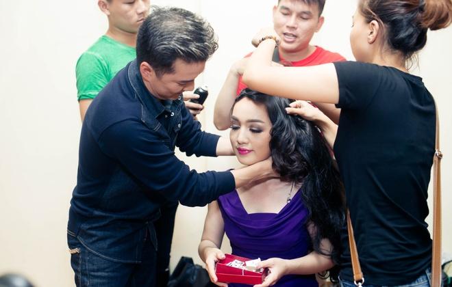 Dam Vinh Hung chinh sua trang phuc cho tro cung o X Factor hinh anh 4