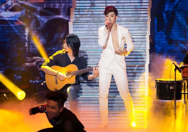 Hot boy X Factor phanh nguc bieu dien tren san khau hinh anh