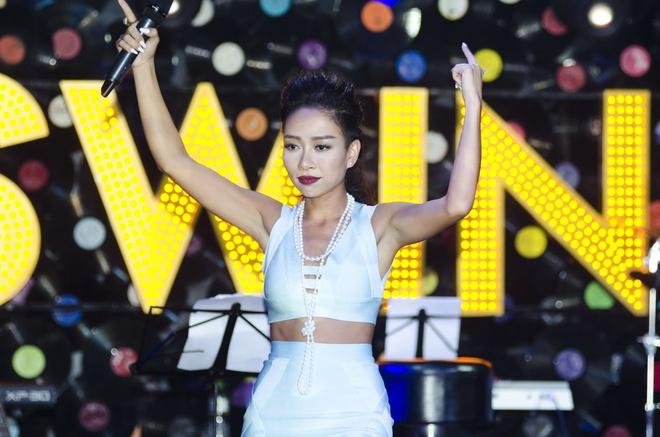 Thao Trang khoe eo thon trong dem nhac rieng hinh anh