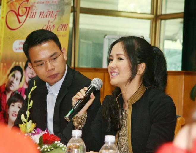 Hong Nhung dua hai con ra Ha Noi de chuyen tam lam liveshow hinh anh