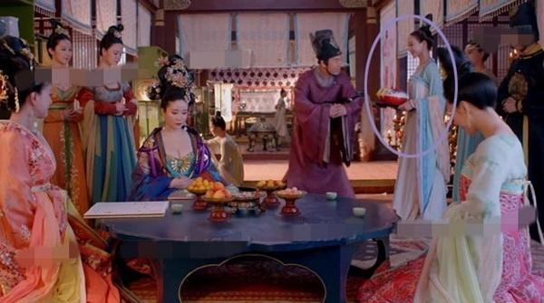 'Nhat san' phim hot 'Vo Mi Nuong truyen ky' hinh anh 2 Khi đổi góc máy, chiếc khay bỗng chuyển sang tay của Từ Tuệ.
