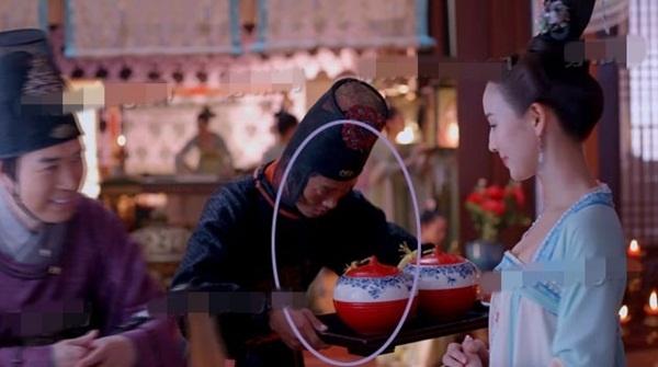 'Nhat san' phim hot 'Vo Mi Nuong truyen ky' hinh anh 3 Đổi lại góc máy, chiếc khay vẫn ở trên tay của thái giám.