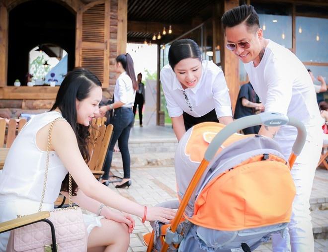 Mot nam tinh yeu cua vo chong Tuan Hung hinh anh 4 Trước đó, hôm 29/3, giọng ca Tìm lại bầu trời lần đầu đưa bà xã và quý tử Su Hào tới phim trường của nhiếp ảnh gia Đoàn Anh Tuấn ở Hà Nội.
