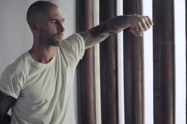 Adam Levine khoe dau troc trong MV moi hinh anh