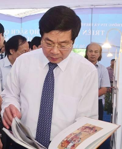 Khai mac Trien lam - Hoi cho sach Quoc te 2015 hinh anh 1 Bộ trưởng Bộ TT&TT Nguyễn Bắc Son thăm các gian trưng bày sách.