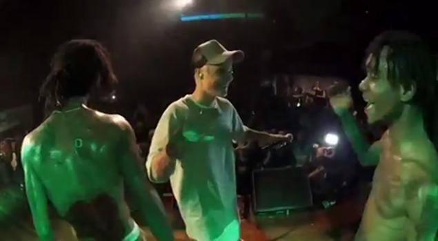 Justin Bieber hut can sa, noc ruou tren san khau hinh anh