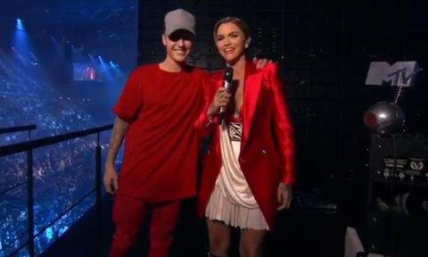 MC cua EMA 2015 mac ao doi voi Justin Bieber tren san khau hinh anh