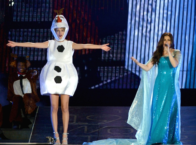 Taylor Swift song ca 'Let it go' cung dan chi Idina Menzel hinh anh 1