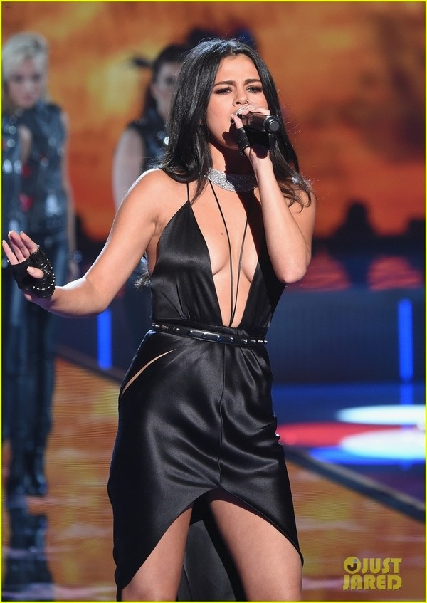 Selena Gomez quyen ru tren san khau Victoria's Secret Show hinh anh 2