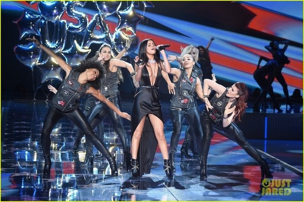 Selena Gomez quyen ru tren san khau Victoria's Secret Show hinh anh 3