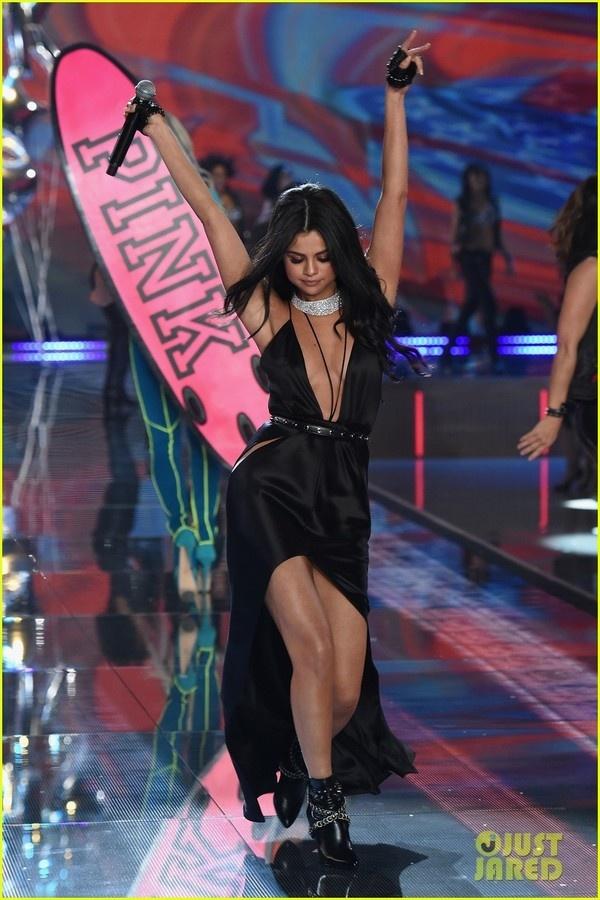Selena Gomez quyen ru tren san khau Victoria's Secret Show hinh anh 4