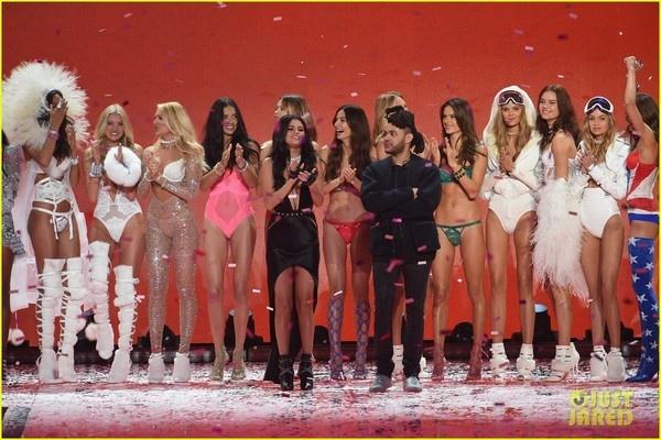 Selena Gomez quyen ru tren san khau Victoria's Secret Show hinh anh 6