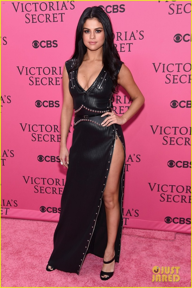 Selena Gomez quyen ru tren san khau Victoria's Secret Show hinh anh 1