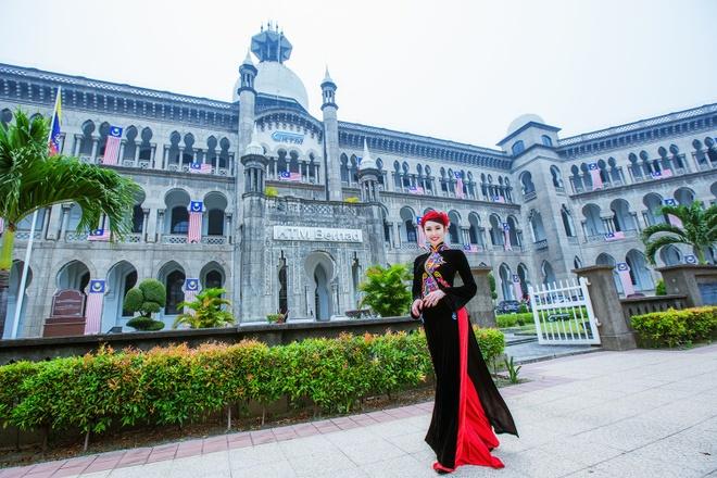 Le Huynh Thuy Ngan kieu sa voi ao dai o Malaysia hinh anh
