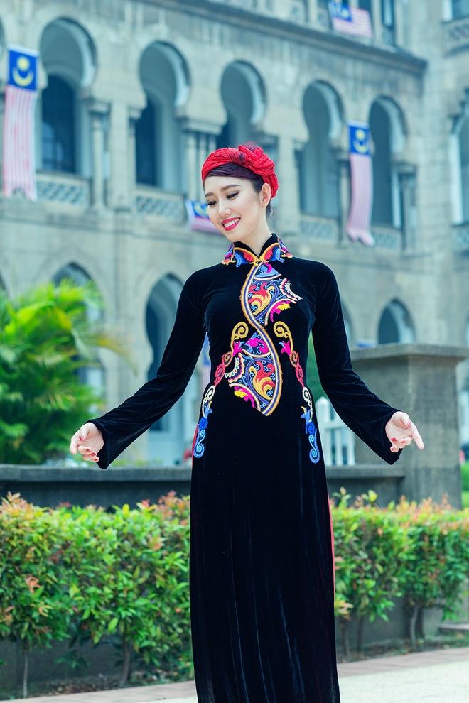 Le Huynh Thuy Ngan kieu sa voi ao dai o Malaysia hinh anh 5