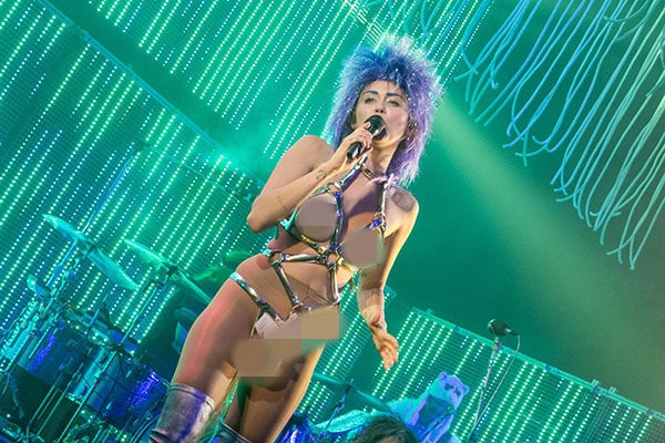 Miley Cyrus gay soc khi deo do choi nguoi lon len san khau hinh anh