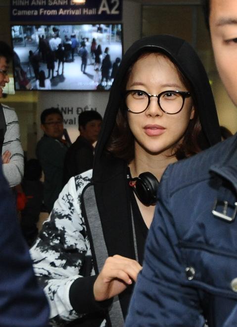 Baek Ji Young khong duoc fan don chao o san bay Noi Bai hinh anh 1