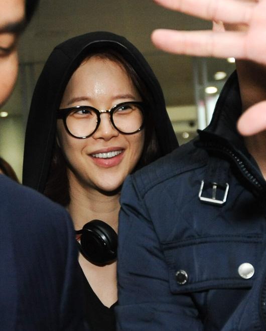 Baek Ji Young khong duoc fan don chao o san bay Noi Bai hinh anh 2