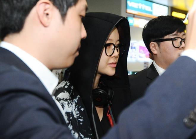Baek Ji Young khong duoc fan don chao o san bay Noi Bai hinh anh 3