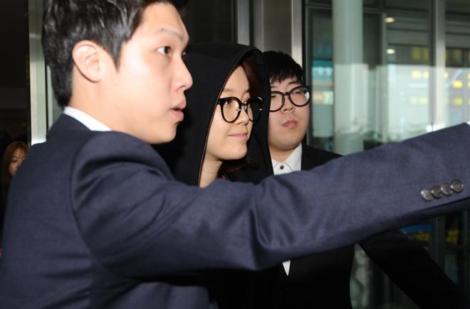 Baek Ji Young khong duoc fan don chao o san bay Noi Bai hinh anh 4