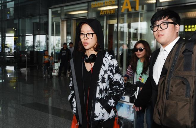 Baek Ji Young khong duoc fan don chao o san bay Noi Bai hinh anh 5