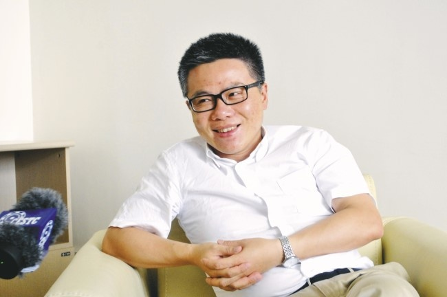 GS Ngo Bao Chau dich sach van hoc noi tieng hinh anh