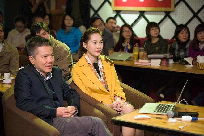 Hoa hau Thu Thao rang ro den ra mat sach cua GS Ngo Bao Chau hinh anh 1