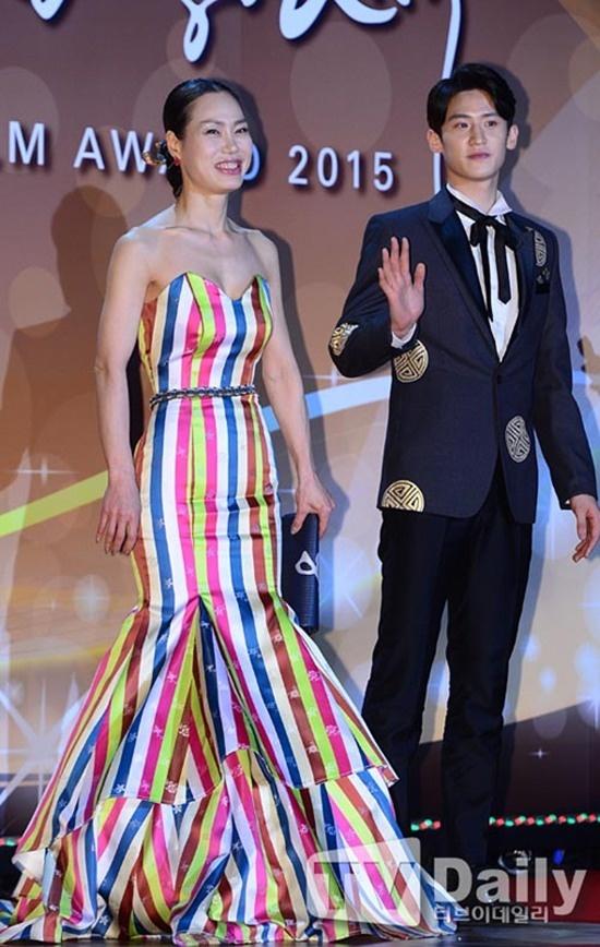 Nhung trang phuc xau nhat cua sao Han tren tham do nam 2015 hinh anh 2