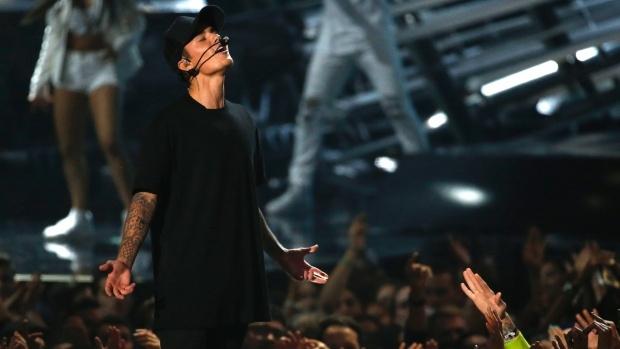 10 lan xuat hien an tuong cua Justin Bieber tai le trao giai hinh anh 3