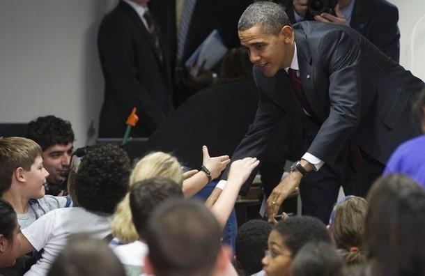 Tong thong Obama tang sach dien tu cho tre em ngheo hinh anh