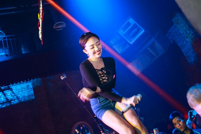 Toc Tien treo len san khau hat canh Hoang Touliver hinh anh 3