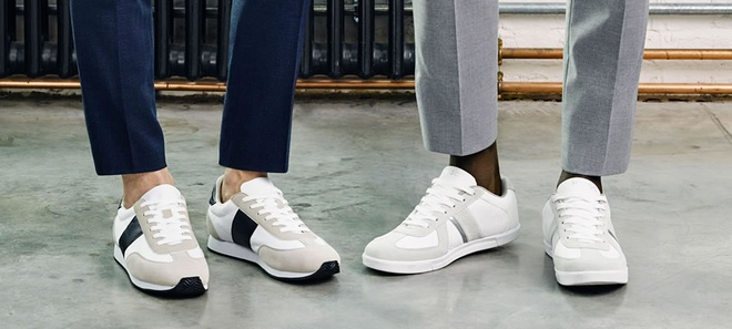 Meo dien giay sneakers voi suit di lam cho nam gioi hinh anh