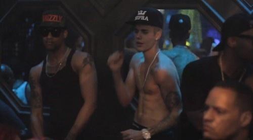 Justin Bieber nhay hai huoc trong hop dem hinh anh