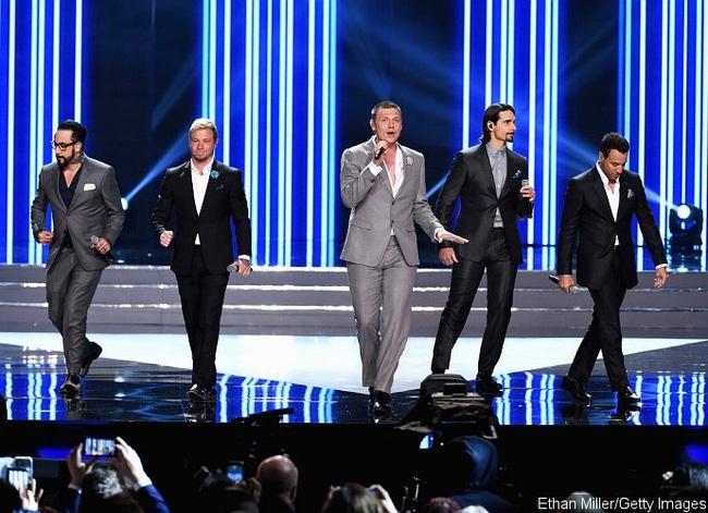 Backstreet Boys tai hop tren san khau Hoa hau My hinh anh