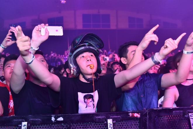 2.000 khan gia Ha Noi bung no trong dem nhac cua DJ giau mat hinh anh 10