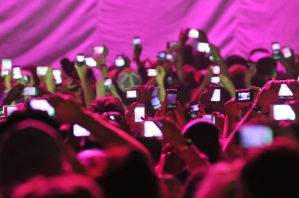 Apple chan iPhone quay video tai cac buoi bieu dien ca nhac hinh anh