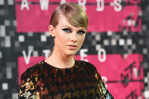 Taylor Swift ra toa doi chung anh 1
