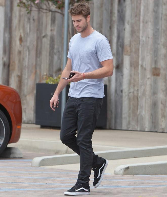 Phong cach thoi trang nam tinh cua Liam Hemsworth hinh anh 2