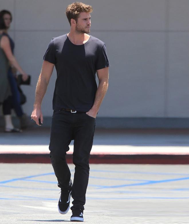 Phong cach thoi trang nam tinh cua Liam Hemsworth hinh anh 4