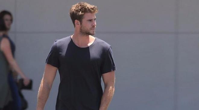 Phong cach thoi trang nam tinh cua Liam Hemsworth hinh anh
