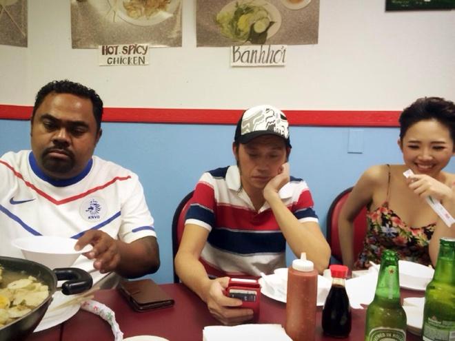 Hoai Linh mac pyjama binh dan di dien tai My hinh anh 3