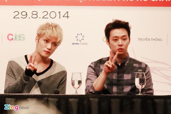 Bieu cam dang yeu cua Jaejoong va Yoochun trong hop bao hinh anh 6