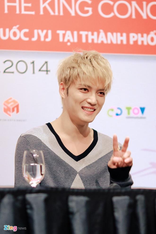 Bieu cam dang yeu cua Jaejoong va Yoochun trong hop bao hinh anh 7