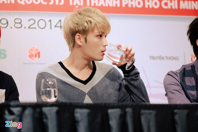 Bieu cam dang yeu cua Jaejoong va Yoochun trong hop bao hinh anh 8