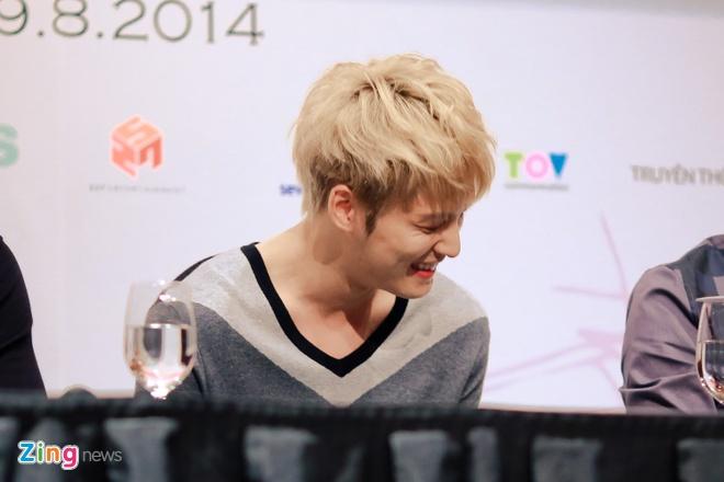Bieu cam dang yeu cua Jaejoong va Yoochun trong hop bao hinh anh 9