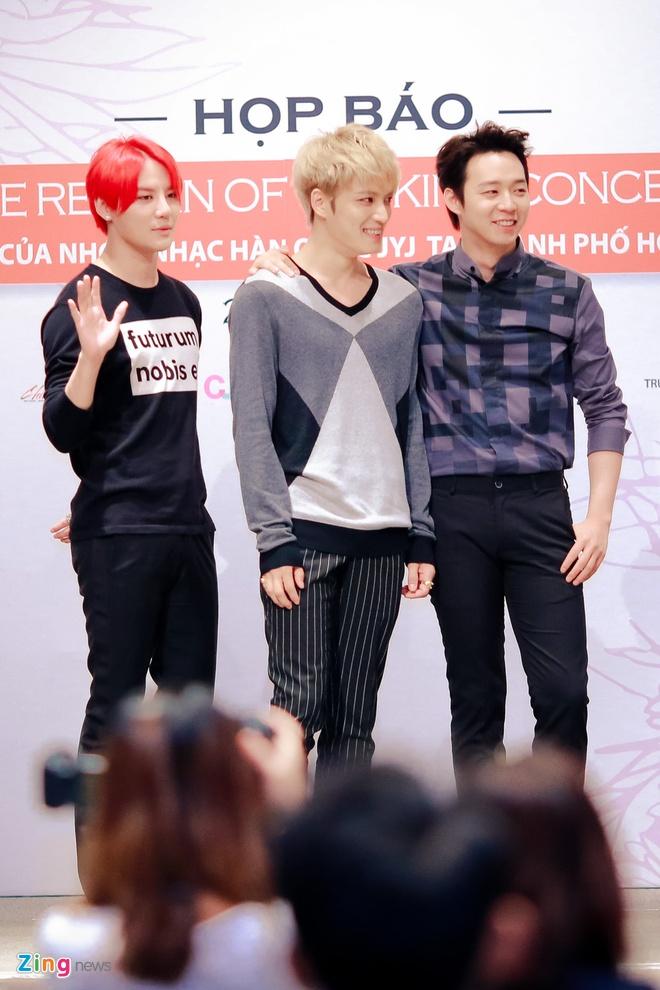Bieu cam dang yeu cua Jaejoong va Yoochun trong hop bao hinh anh 5