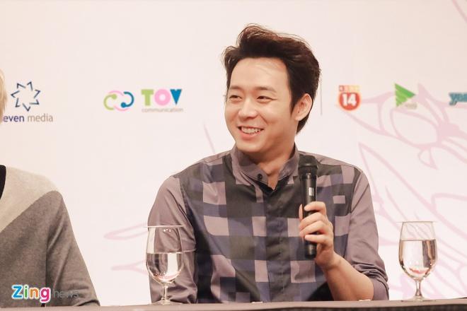 Bieu cam dang yeu cua Jaejoong va Yoochun trong hop bao hinh anh 11